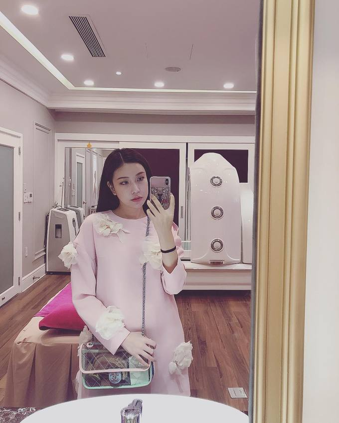 Fashionista Việt thi nhau sắm túi xách trong suốt