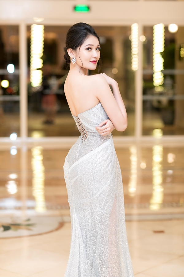 Á hậu Thùy Dung diện váy xuyên thấu làm MC tiếng Anh