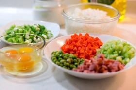 Tận dụng cơm nguội làm cơm chiên thập cẩm ngon hơn cơm nóng