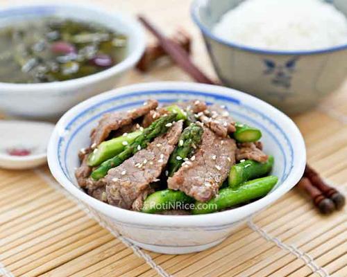 Thịt bò măng tây ngọt ngon với cơm trắng