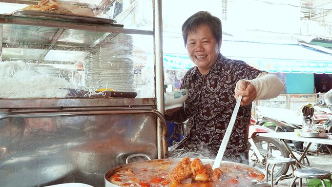 Ghé 5 quán ăn ở Sài Gòn nổi danh từ gánh hàng rong