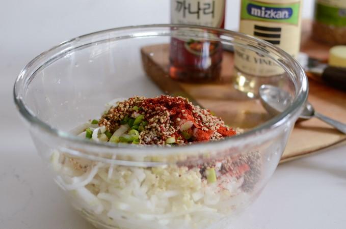 Người Hàn rất mê salad củ cải vì làm cực nhanh ăn lại ngon vô cùng
