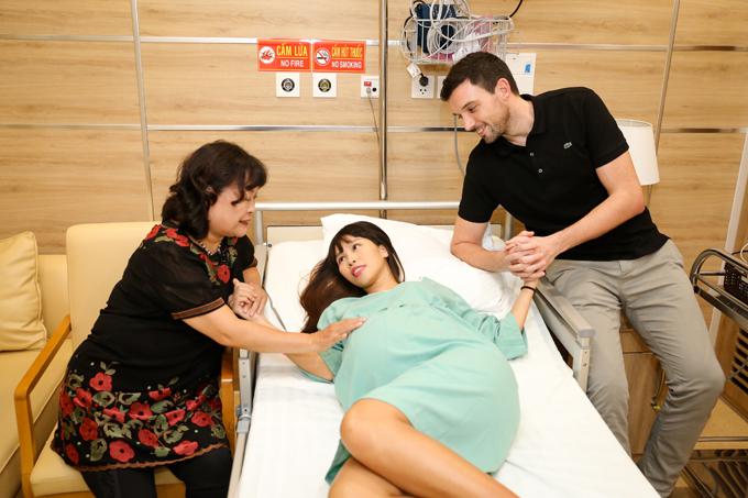 Siêu mẫu Hà Anh sinh con gái 4,4 kg, mẹ tròn con vuông