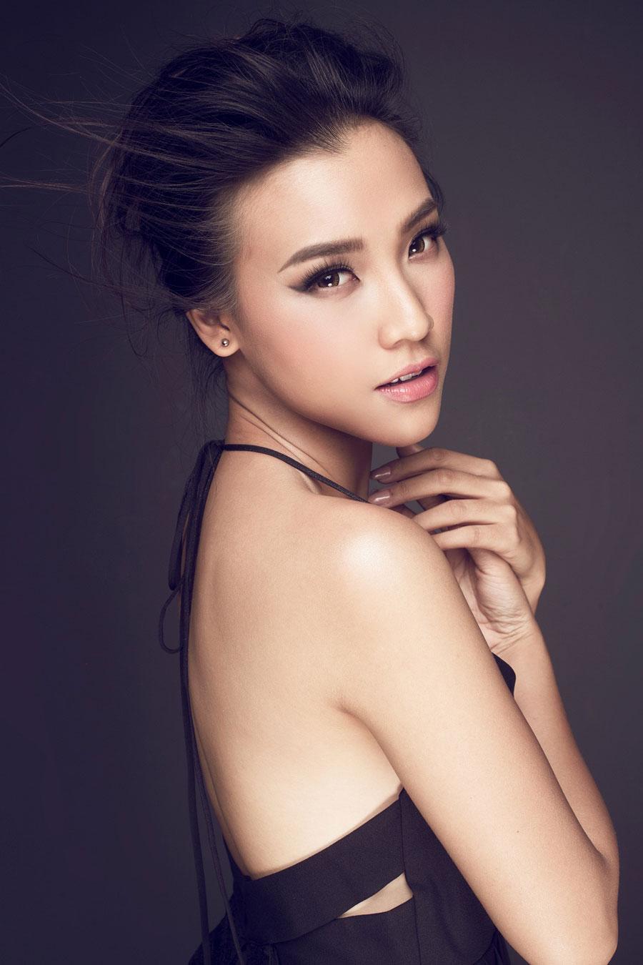 Hoàng Oanh khoe vai trần trễ nải với váy xẻ sâu