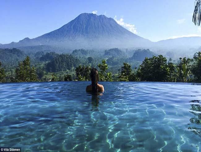 Ngay kế bên những ngọn núi lửa đầy hiểm nguy lại là khung cảnh đẹp tới nhường này