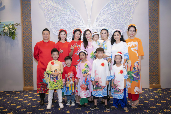 Con gái 20 tháng tuổi của Hồng Quế diện áo dài đáng yêu, chững chạc theo mẹ chạy show