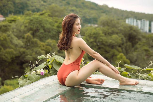 Hương Tràm lại diện bikini hở bạo, phô đường cong bỏng mắt
