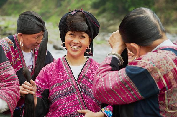 Bí quyết chăm sóc mái tóc dài 140 cm của phụ nữ ở làng cổ Trung Quốc