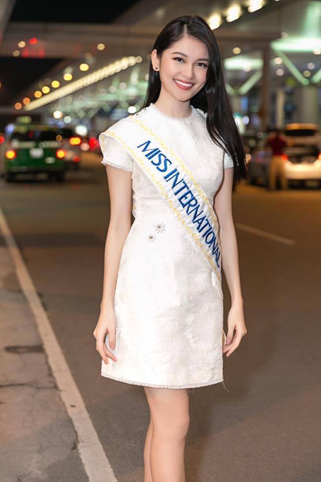 Thời trang sân bay của các người đẹp Việt khi thi quốc tế: Kẻ sang chảnh, người thảm họa