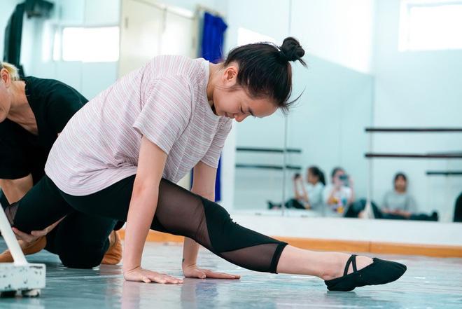 Chán làm bánh bèo vô dụng, Kaity Nguyễn cật lực tập múa ballet cho phim mới