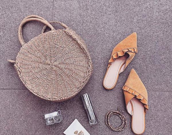 Angela Phương Trinh nổi bật dưới nắng hè cùng chiếc túi ngộ nghĩnh