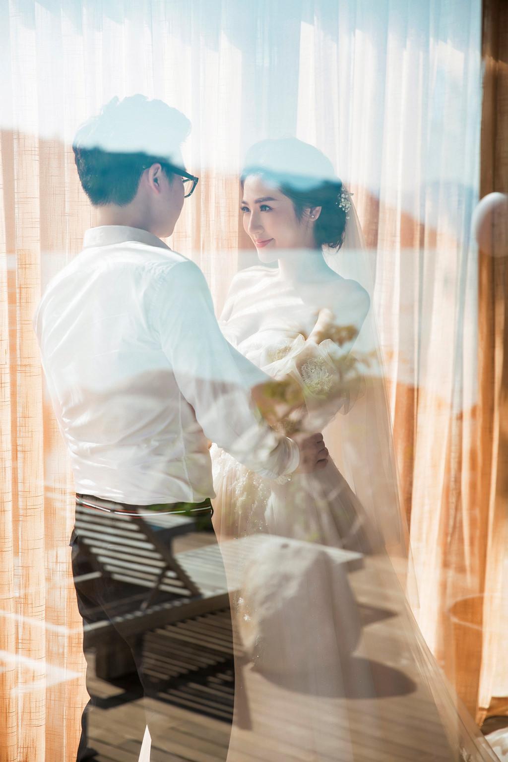 Á hậu Tú Anh gợi cảm trong ảnh cưới với chồng 9X