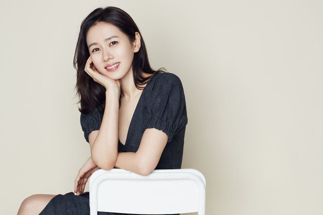 'Chị đẹp' Son Ye Jin quyến rũ trong ảnh áo tắm hiếm hoi ở Pháp