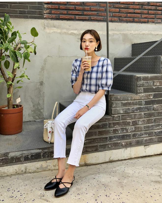 Loạt kiểu quần trắng dễ mặc, dễ đẹp mà các nàng cần sắm cho bằng được trong hè này