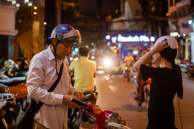 Đắt show nhưng mẹ chồng khó tính Lan Hương vẫn đi xe cub cùng ông xã