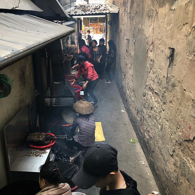 Khám phá hàng bún chả trong ngõ chưa đầy một mét ở Hà Nội