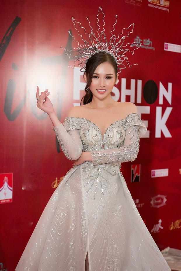 Á hậu siêu vòng ba Thanh Trang diện váy dài tận 3 mét quét sạch sàn diễn