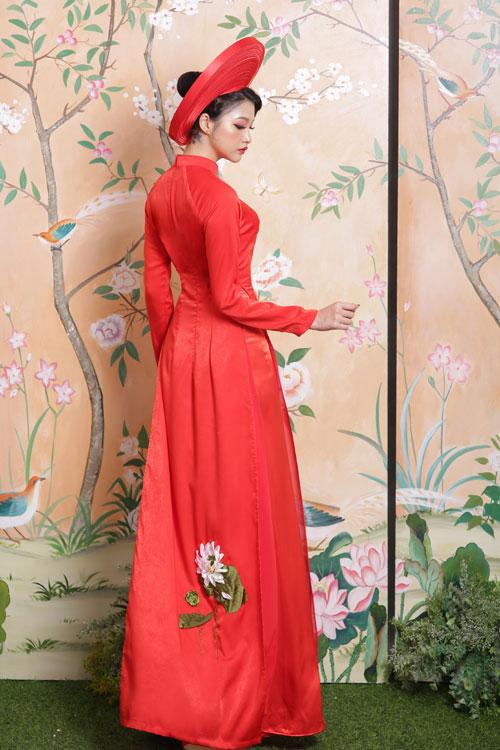 Áo dài lụa phom truyền thống cho nàng dâu mê hoa sen