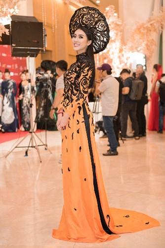 Tường Linh diện áo dài cưới, nổi bật với vị trí vedette trên sàn diễn