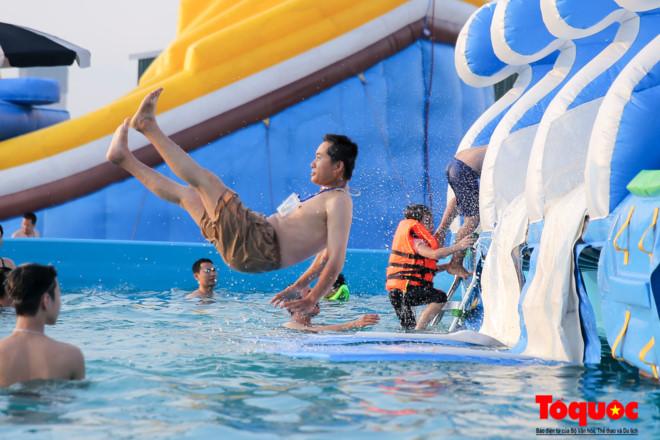 Nhộn nhịp cuối tuần với công viên nước bằng phao đầu tiên ở Hà Nội