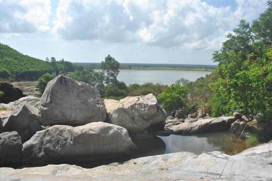 Vẻ đẹp nguyên sơ ở con suối có hòn đá Chữ nổi tiếng đất võ