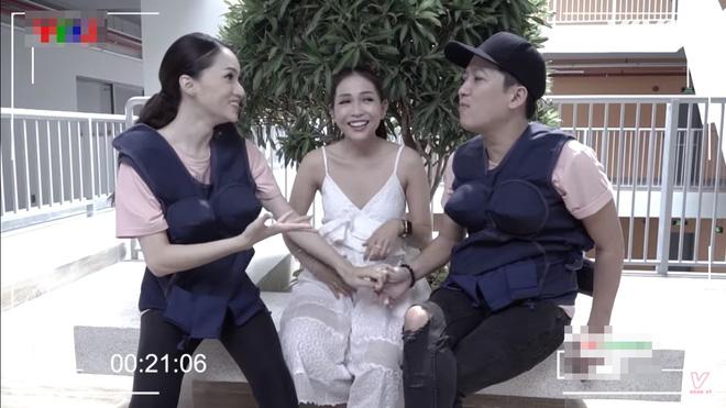 Trường Giang chủ động nắm chặt tay Hương Giang nhiều lần