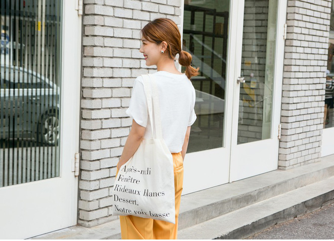 Tuy đơn giản nhưng túi vải tote nhẹ tênh này lại là món đồ tiện dụng và kết hợp cùng trang phục gì cũng đẹp