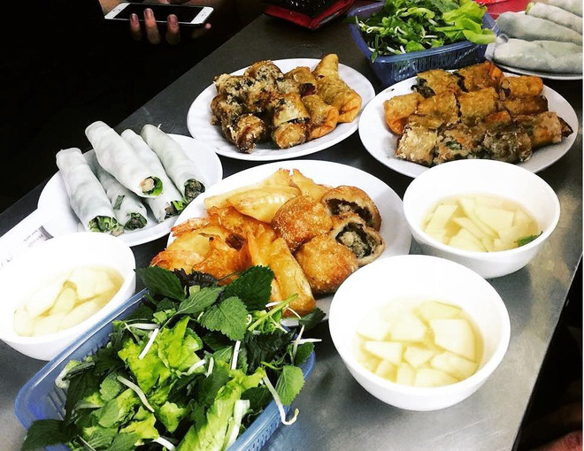 Ngoài phố bánh xèo, Hà Nội còn có hẳn con phố chuyên bán phở cuốn lâu đời, bạn đã ăn hết chưa?
