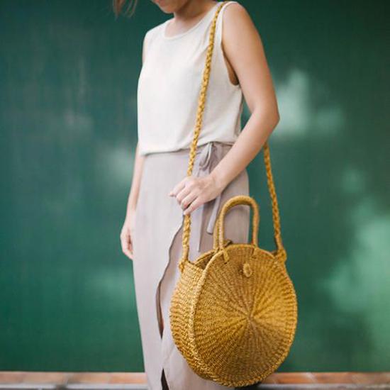 Túi thủ công dáng tròn chiếm sóng xu hướng phụ kiện hè 2018