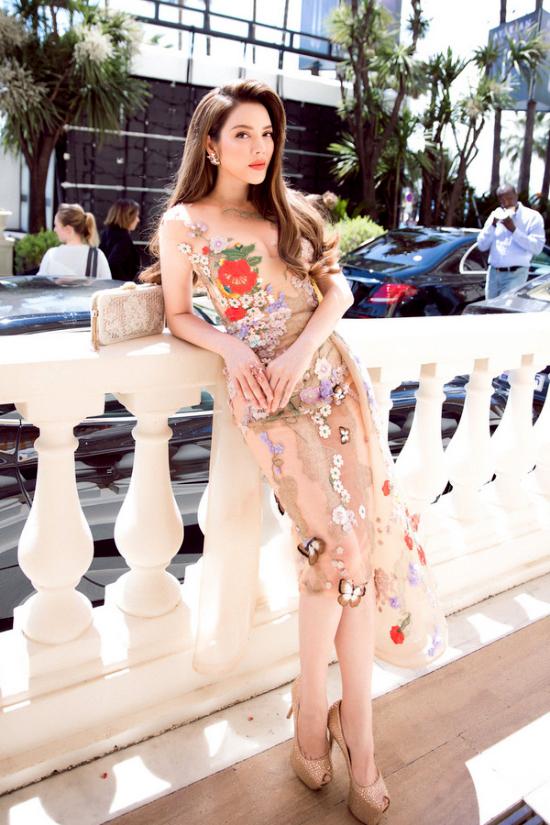 Lý Nhã Kỳ diện váy hở ngực trên đường phố Cannes