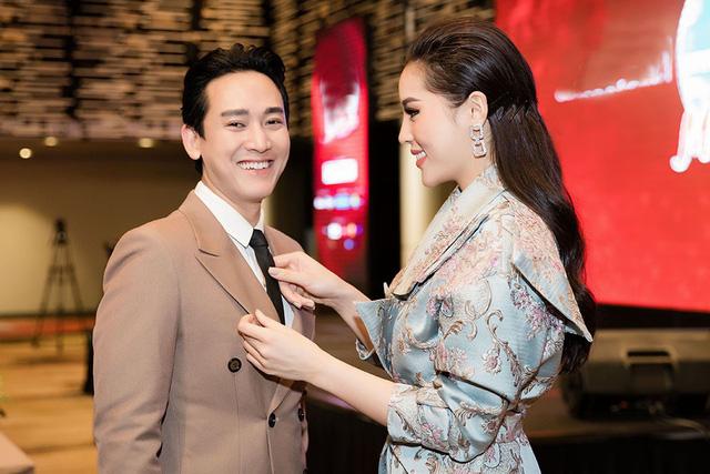 Hoa hậu Kỳ Duyên nắm tay không rời, tình tứ bên Hứa Vỹ Văn