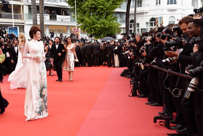 Lý Nhã Kỳ diện áo dài lên thảm đỏ Cannes