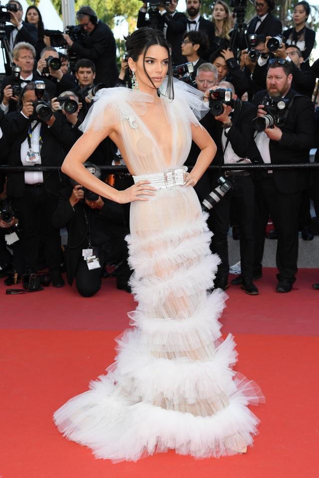 Lý Nhã Kỳ ấn tượng với váy xuyên thấu lấp lánh trong màn đêm tại Cannes
