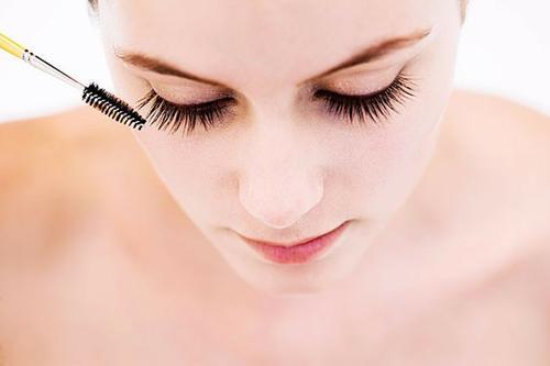 Các mẹo trang điểm nào cho da dầu, lỗ chân lông to trong ngày hè chạm mốc 40 độ?