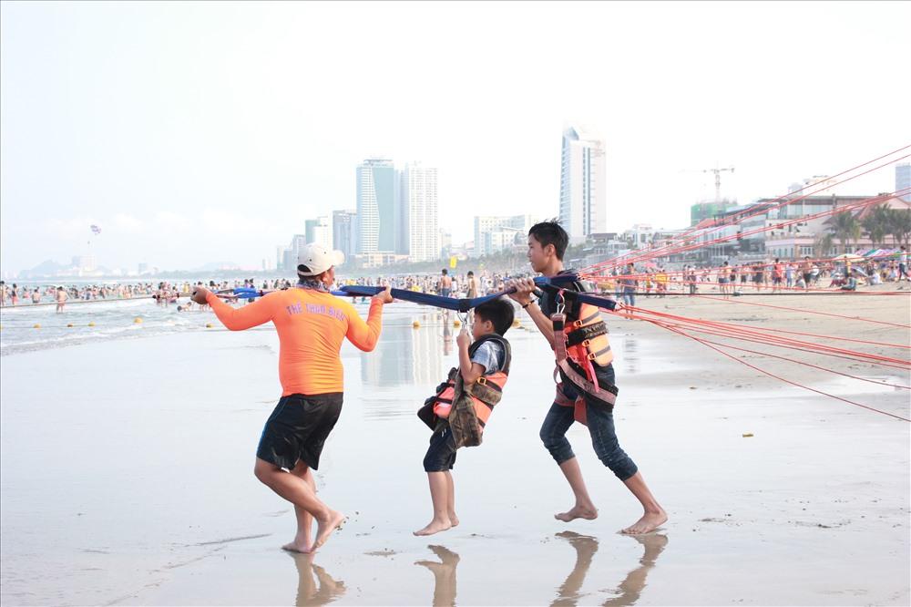 Du khách háo hức trải nghiệm dù bay ở biển Đà Nẵng
