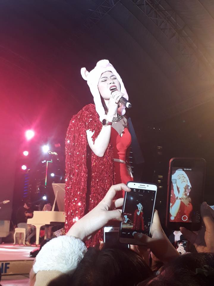 Bất chấp thời tiết mưa lạnh, khán giả Đà Nẵng vẫn cuồng nhiệt cùng với Mỹ Tâm