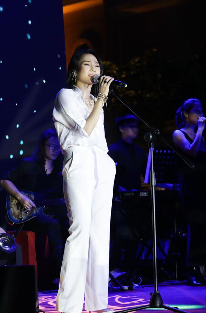 Mỹ Tâm diện đồ white on white đẹp xuất sắc trong tour giới thiệu album Vol 9