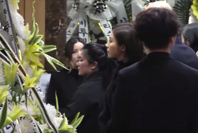 Trưởng nhóm SNSD viết tâm thư, bạn gái cũ đến tạm biệt Jonghyun lần cuối