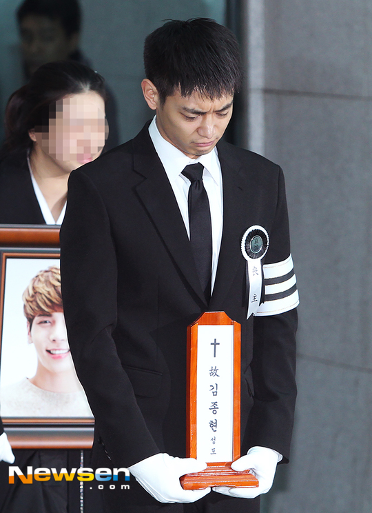 Clip SNSD khóc nức nở, Super Junior thất thần trong lễ đưa tang sáng nay của Jonghyun