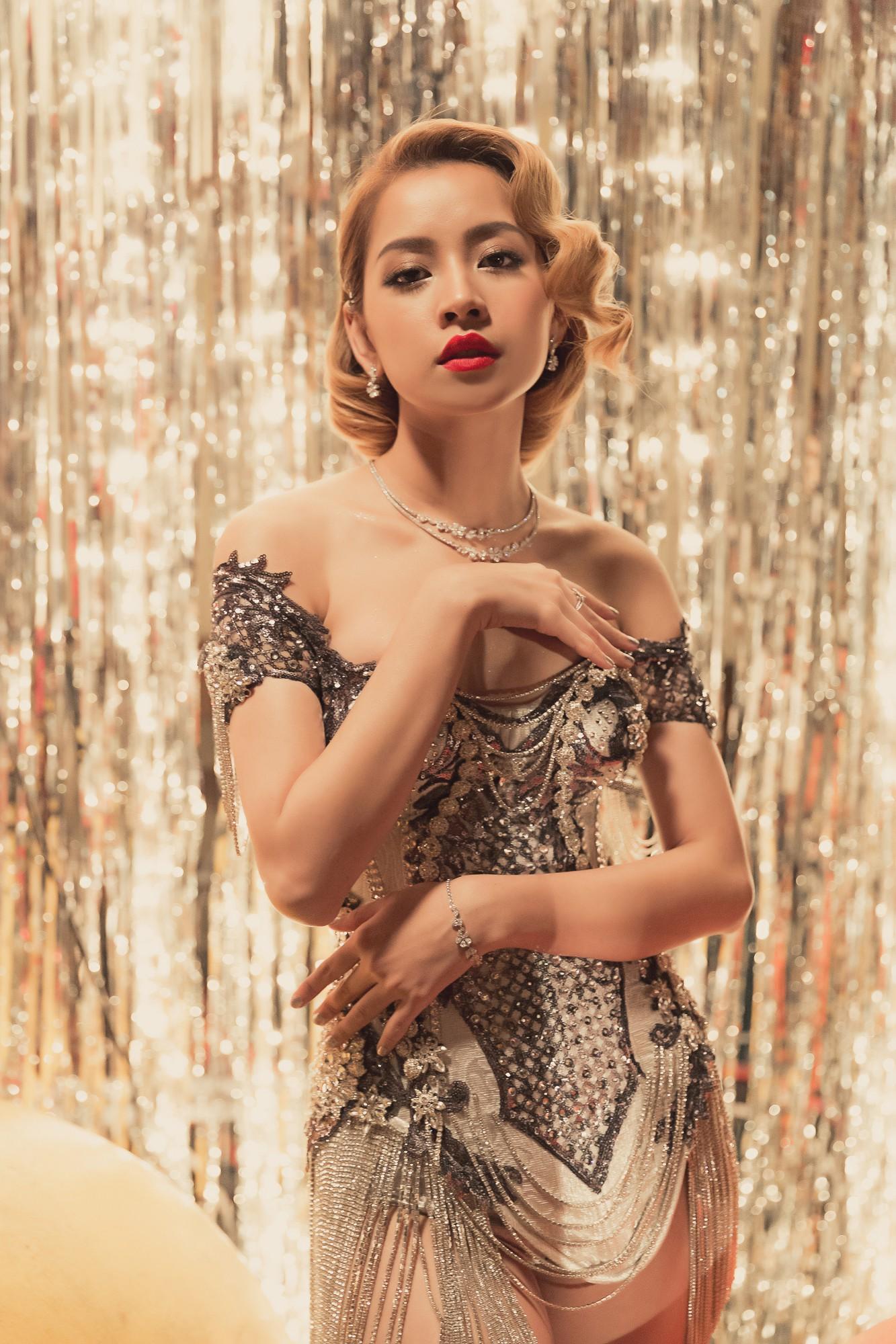 Chi Pu chuyển phong cách sexy khoe vòng 1 nảy nở bất ngờ trong MV mới