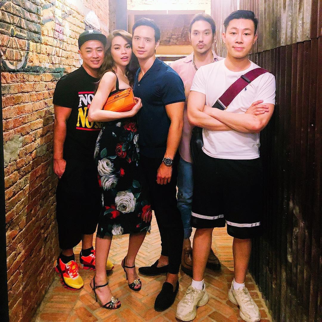 Hà Hồ nép mình bên Kim Lý trong bữa tiệc cùng chuyên gia trang điểm người Việt nổi tiếng nhất thế giới