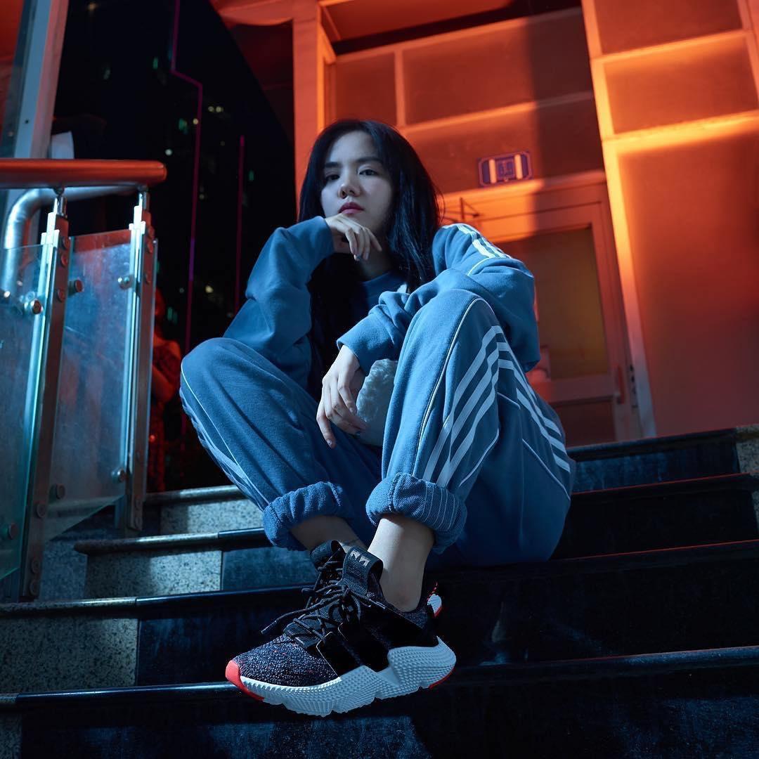 Phương Ly khoe ảnh cực ngầu với đôi Adidas Prophere vừa mới phát hành tại Việt Nam
