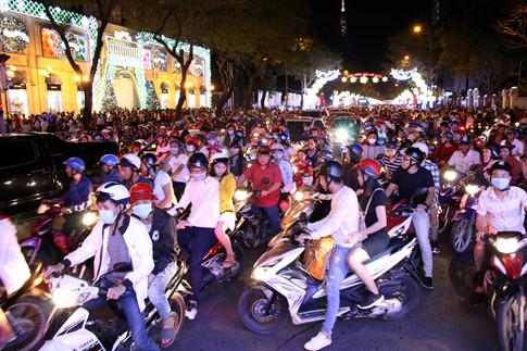 Giáng sinh 2017: Hà Nội và Sài Gòn chìm trong biển người