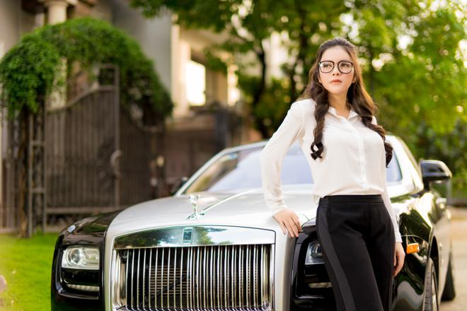 Choáng ngợp bên trong siêu xe Rolls-Royce Ghost 40 tỷ Lý Nhã Kỳ dùng để làm việc và nghỉ ngơi