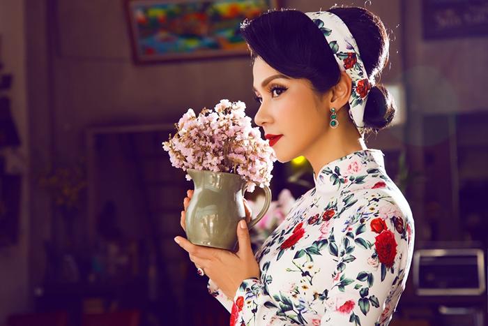 'Nữ hoàng ảnh lịch' Việt Trinh diện áo dài hóa thân thành quý cô cổ điển thanh lịch