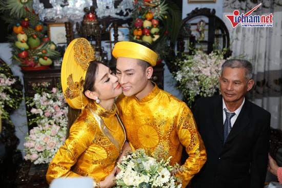 Lâm Khánh Chi xinh đẹp, đeo vàng trĩu cổ trong ngày lên xe hoa với bạn trai kém 8 tuổi