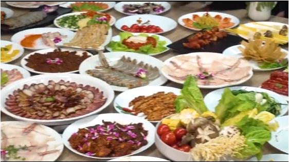 Thánh ăn công sở tái xuất với món lẩu tất niên đãi cả công ty bằng bếp diện tự chế và ca nhôm