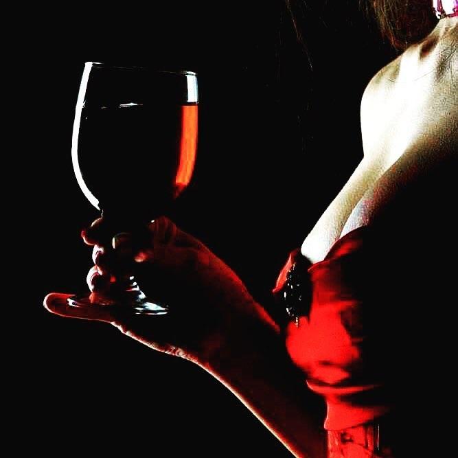 Muốn trở nên hấp dẫn hơn, hãy uống một ly rượu vang!