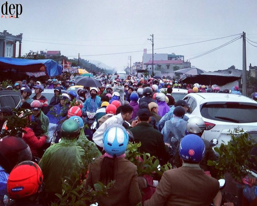 Chợ Viềng Nam Định: Hàng vạn người đội mưa mua may xuyên đêm