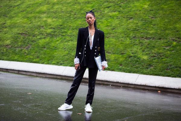 1001 cách mix sneaker trắng cực chất cho cô nàng cá tính